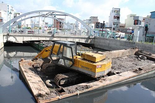 Xà lan chở bùn kẹt gầm cầu gần 8 tiếng