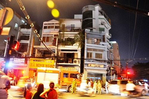 Cháy nhà, hai cụ già nhảy từ tầng ba sang nhà hàng xóm