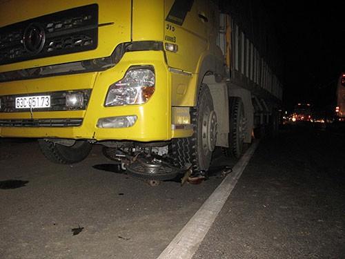 Xe tải cuốn xe máy vào gầm, một thanh niên thiệt mạng
