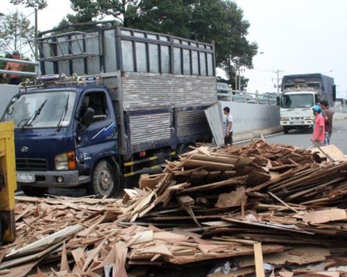 Xe chở gỗ gặp nạn, giao thông ách tắc hai giờ