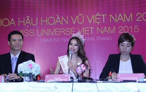 Tân Hoa hậu Phạm Thị Hương không trả lời việc phẫu thuật thẩm mỹ