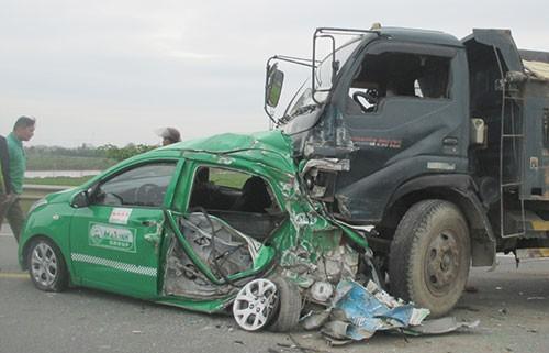 Xe tải tông nát xe taxi, bốn người bị thương
