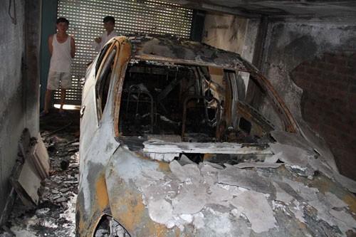 Xe ô tô cháy rụi sau tiếng nổ lớn