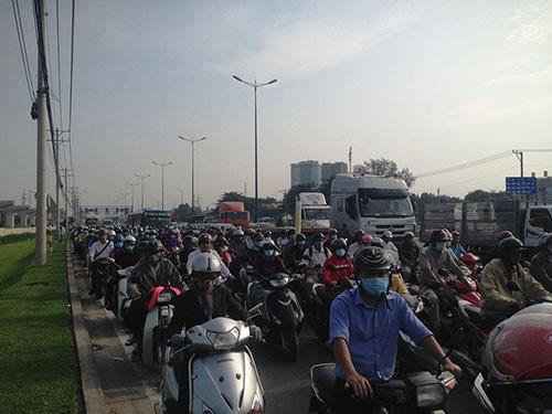 Xế hộp tông xe tải, xa lộ Hà Nội kẹt như nêm