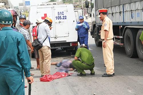 Chạy xe máy làn ô tô, nam thanh niên gặp tai nạn tử vong