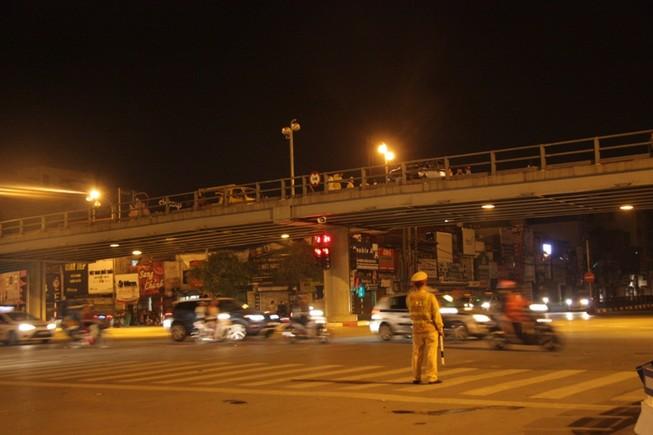 Tông hàng loạt xe máy, nghi tài xế nhảy cầu tự tử?