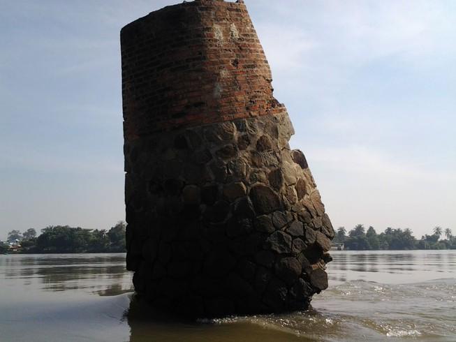 Kỳ lạ trụ đá trên sông Đồng Nai được dân gọi là 'ông Một'