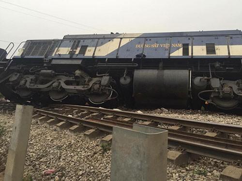 Xe tải chở đá tông tàu hỏa, đầu tàu lật nghiêng