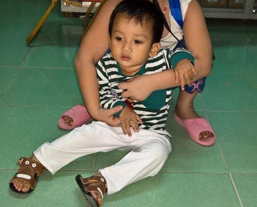 Bé trai hai tuổi bị bỏ rơi trước cổng chùa