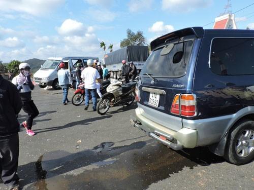 Xe 12 chỗ bị tông bay lên dải phân cách, nhiều người bị thương