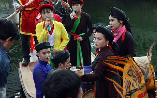 Quan họ vẫn ngửa nón 'xin' tiền ở hội Lim