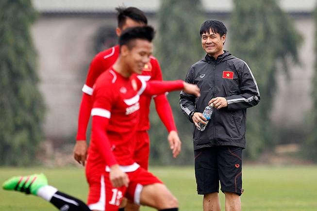 HLV Hữu Thắng chơi bóng cùng học trò