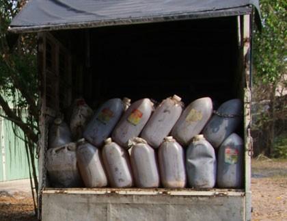 Bắt vụ vận chuyển hơn 6.000 lít dầu mỡ bẩn
