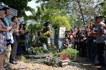 Hàng trăm người viếng thăm mộ Trịnh Công Sơn
