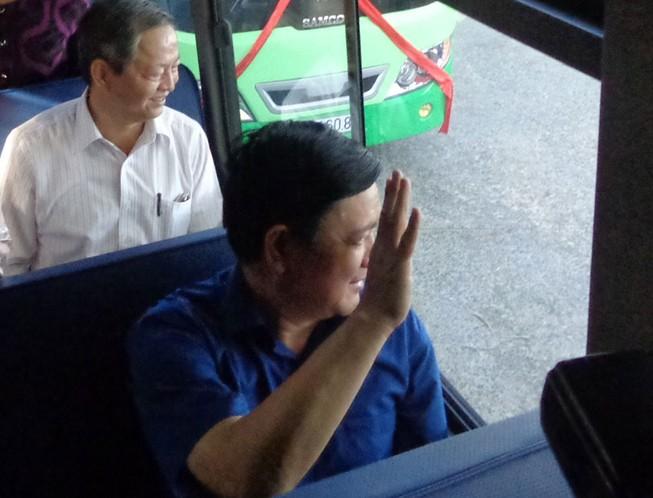 Bí thư Đinh La Thăng vẫy tay mời gọi người dân Cần Giờ đi xe buýt