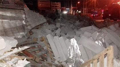 Container chở bê tông lật giữa đường, tài xế và phụ xe bị thương