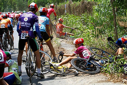 Xe đưa tang cán nát xe đạp vận động viên