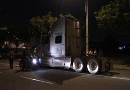 Container tông xe máy, 2 người thương vong, tài xế bỏ trốn