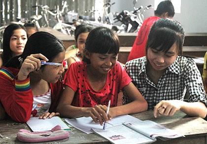Lớp học hè dành cho trẻ em nghèo ở một ngôi chùa