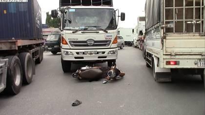 2 bà cháu lọt gầm xe tải, thoát chết trong gang tấc