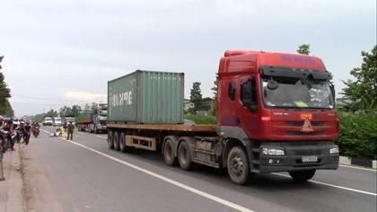 Xe máy va chạm container, 2 người thương vong