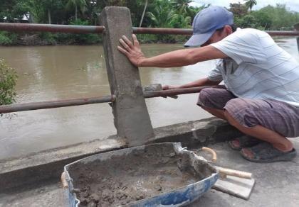 Trưởng ấp huy động người sửa lại lan can cầu bị phá