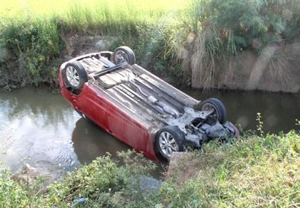 Ô tô lật ngửa dưới mương làng