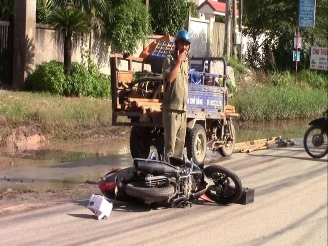 Tránh xe tải, 2 vợ chồng bị xe ba gác chèn qua người