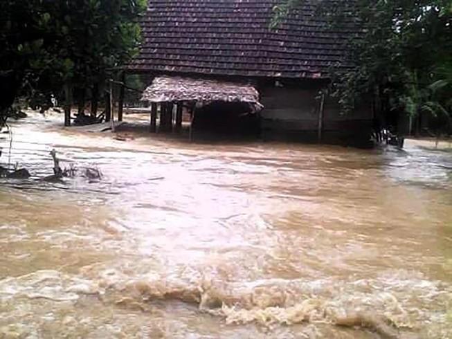 Quảng Bình nước lũ dâng cao, nhiều nhà dân bị ngập