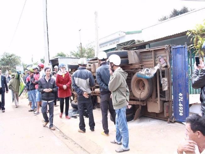 Xe khách tông lật xe tải, 2 người bị thương nặng