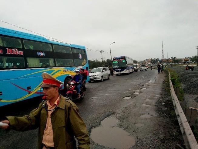 Kẹt xe cả chục cây số, CSGT điều phương tiện vá 'ổ voi'