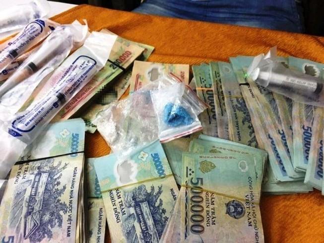 Bắt 2 đối tượng buôn ma túy có 'hàng nóng'
