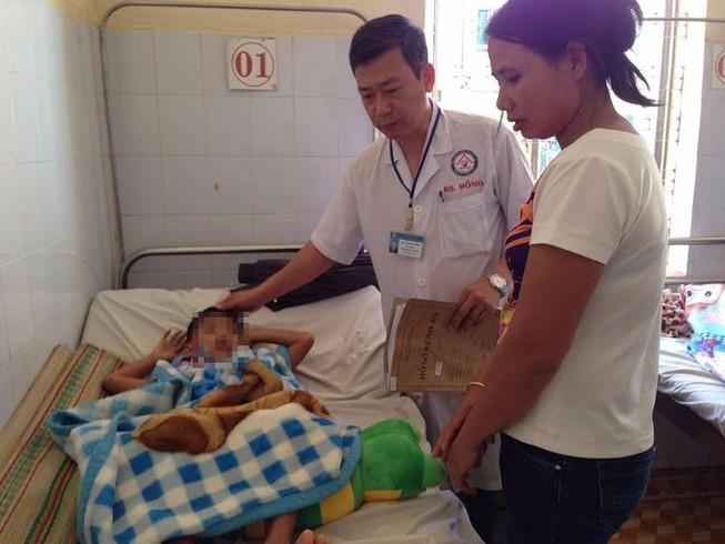 Rơi hầm cầu của trường mầm non, bé 5 tuổi nứt sọ