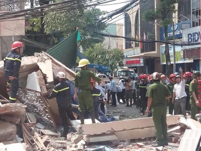 Nhà 3 tầng bất ngờ đổ sập, nghi nhiều người bị vùi lấp