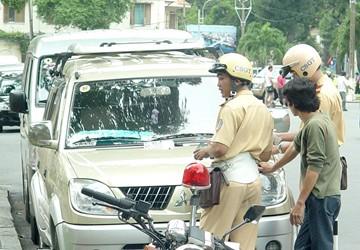 Bị tạm giữ bằng lái vẫn được điều khiển xe