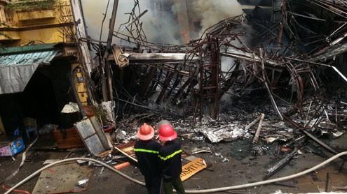 Cháy lớn, nhà 3 tầng khung thép đổ sập