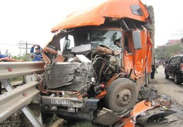 Xe khách tông xe container, hơn 10 người bị thương