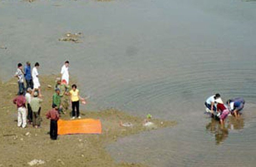 Chen nhau xem xác chết dưới cầu Long Biên