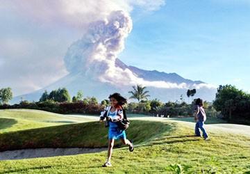 Hình ảnh núi lửa phun trào tại Indonesia