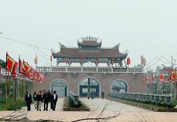 Lễ hội Đền Trần (Thái Bình): Vật phẩm tâm linh phát giống như túi lương