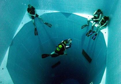 Hồ bơi sâu nhất thế giới