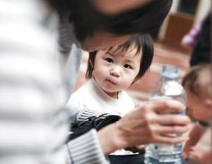 Mối nguy trẻ ngộ độc hoá chất tại nhà