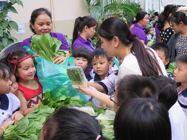 Độc đáo: Nhộn nhịp hội chợ rau sạch của học sinh tiểu học