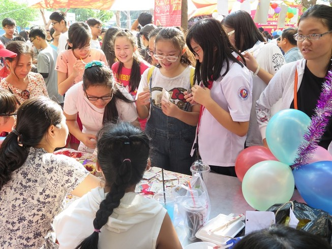 Học sinh sinh viên góp sức giúp người nghèo đón tết