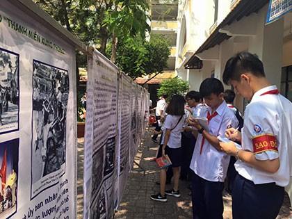 Học lịch sử dưới tán cây, sân trường