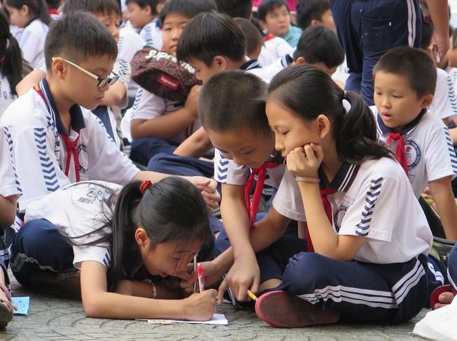 Phụ huynh bất ngờ vì nhà trường trả lại tiền dạy thêm, học thêm