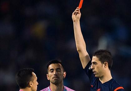 Cầu thủ ném… cỏ vào mặt sao Barcelona bị cấm thi đấu 1 trận