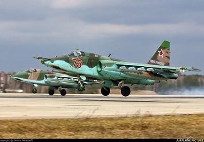 """""""Quạ đen"""" Su-25 của Nga sẽ mổ mắt """"lợn lòi"""" A-10 của Mỹ?"""