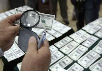 Cầm 10.000 USD giả vào ngân hàng giao dịch