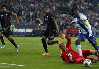 Beckenbauer: 'Hậu vệ Bayern như đá bóng bằng giày trượt tuyết'